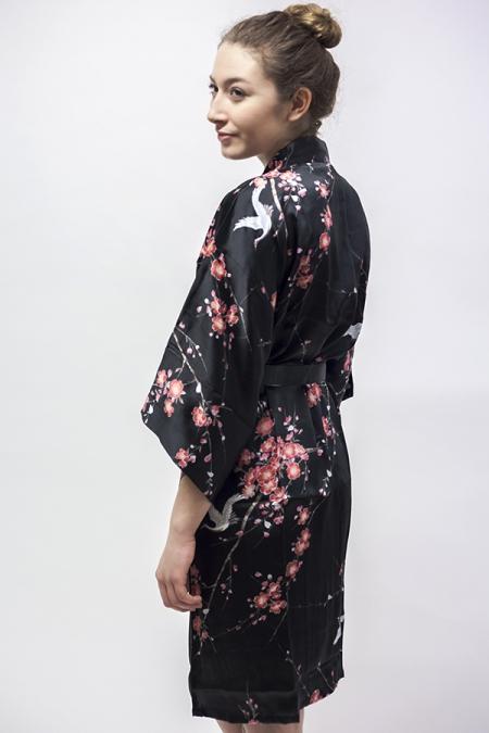 silkekimono Cherry Blossom, 3/4 lang, sort, med japansk kirsebærtræ på ensfarvet baggrund