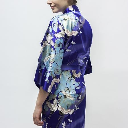 silkekimono Crane with Flowers i blå, udført med det klassiske mønster med trane i flugt på ensfarvet baggrund
