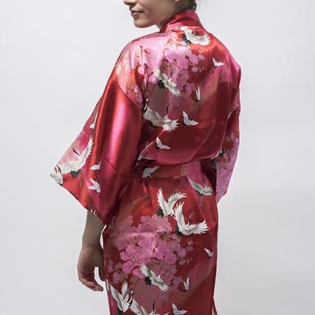 silke kimono Crane with Flowers i rød, udført med det klassiske mønster med trane i flugt på ensfarvet baggrund