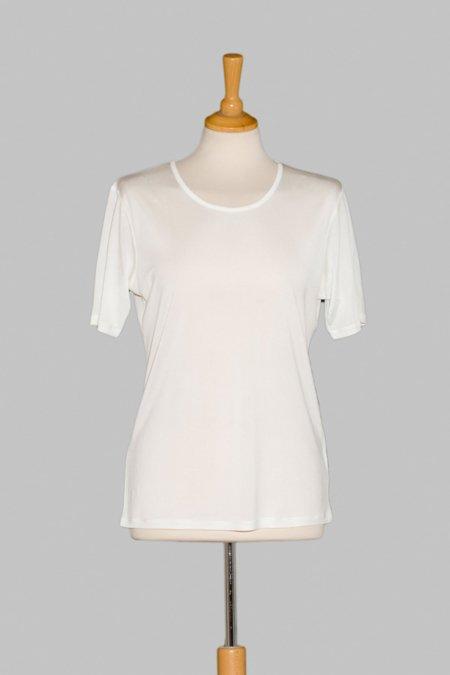 undertrøje med kort ærme i 100% silke, let og behagelig, føres i sort og hvid