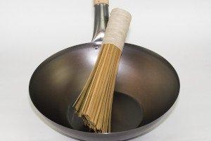 wok gryde, fladbundet til komfur og induktion, med træhåndtag