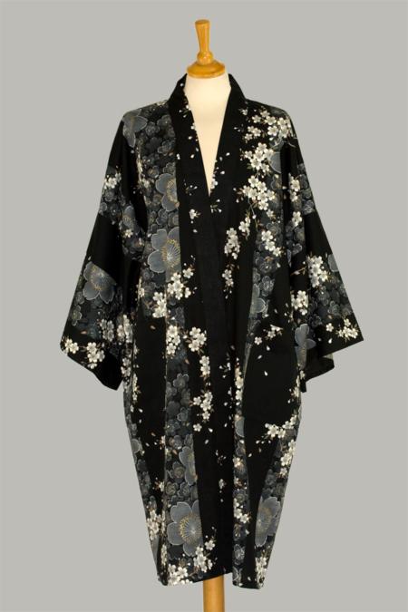 Denne kimono Cherry Blossom, 3/4 lang, sort, udført i 100% bomuld