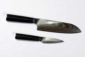kokkeknive i damaskusstål kombinerer hårdhed med elasticitet og skarphed