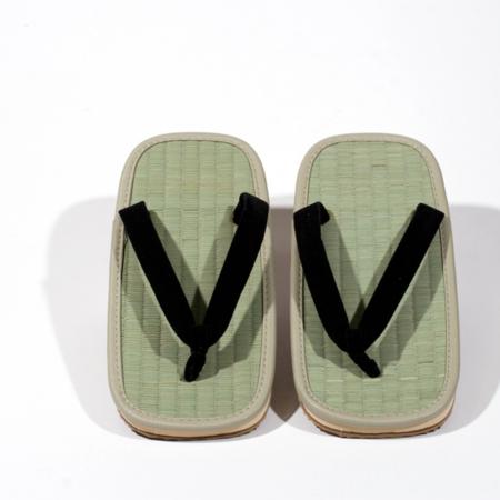 traditionelle tatami zori sandaler med trædeflade i flettet søgræs og blød gummisål
