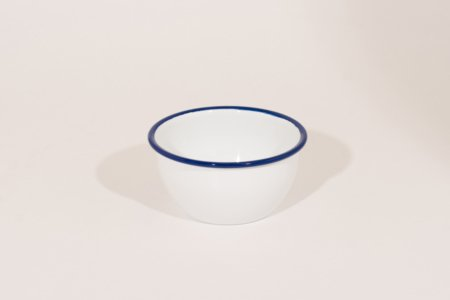 emalje skål lille i farven hvide med blå kant, måler 6 cm i højden og 12 cm i diameter